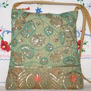 Zöld-arany, virágos indiai esküvő, kézzel hímzett, flitteres válltáska, Táska & Tok, Kézitáska & válltáska, Válltáska, Hímzés, Varrás, Indiai, kézzel hímzett, különleges, antik, esküvői szári anyagból készítettem ezt a zöld-arany vállt..., Meska