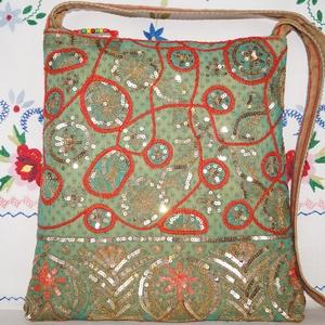 Zöld-arany-piros, virágos indiai esküvő, kézzel hímzett, flitteres válltáska, Táska & Tok, Kézitáska & válltáska, Válltáska, Hímzés, Varrás, Indiai, kézzel hímzett, különleges, antik, esküvői szári anyagból készítettem ezt a zöld-arany vállt..., Meska
