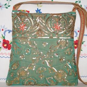 Zöld-arany, virágos indiai esküvő, kézzel hímzett, flitteres válltáska 2., Táska & Tok, Kézitáska & válltáska, Válltáska, Hímzés, Varrás, Indiai, kézzel hímzett, különleges, antik, esküvői szári anyagból készítettem ezt a zöld-arany vállt..., Meska