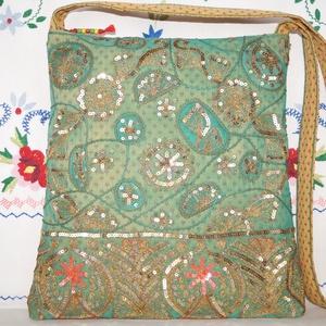 Zöld-arany, virágos indiai esküvő, kézzel hímzett, flitteres válltáska 3., Táska & Tok, Kézitáska & válltáska, Válltáska, Hímzés, Varrás, Indiai, kézzel hímzett, különleges, antik, esküvői szári anyagból készítettem ezt a zöld-arany vállt..., Meska