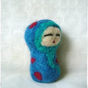 Japán baba - Kokeshi- Tündér / kék, pöttyös, Gyerek & játék, Otthon & lakás, Dekoráció, Nemezelés, Ő egy apró, kedves Japán baba. \nJáték, vagy dísz egyaránt lehet, fontos, hogy örömöt szerezzen.\n6 cm..., Meska