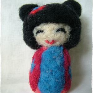 Japán baba - Kokeshi- Tündér / Manó / Füles, Gyerek & játék, Otthon & lakás, Dekoráció, Nemezelés, Ő egy apró, kedves Japán baba. \nJáték, vagy dísz egyaránt lehet, fontos, hogy örömöt szerezzen.\n8 cm..., Meska