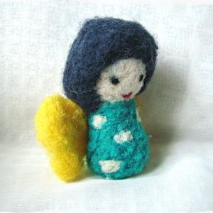Japán baba - Kokeshi- Tündér / Manó / Angyal, Gyerek & játék, Otthon & lakás, Dekoráció, Nemezelés, Ő egy apró, kedves Japán baba, angyalszárnyakkal.\nJáték, vagy dísz egyaránt lehet, fontos, hogy öröm..., Meska