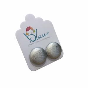 Ezüst Bedugós textilbőr gombfülbevaló nikkelmentes, Ékszer, Fülbevaló, Pötty fülbevaló, A termék megnevezése: Gomb fülbevaló.    Színei:  Mérete: a gomb átmérője 1,6 cm  Termék leírás: A f..., Meska