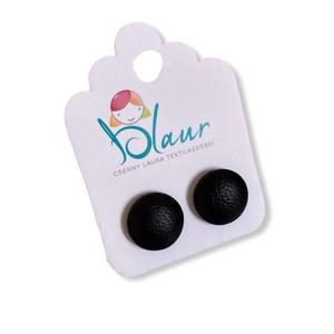 Fekete Bedugós textilbőr gombfülbevaló nikkelmentes mini, Ékszer, Fülbevaló, Pötty fülbevaló, A termék megnevezése: Gomb fülbevaló.    Színei:  Mérete: a gomb átmérője 1,2 cm  Termék leírás: A f..., Meska