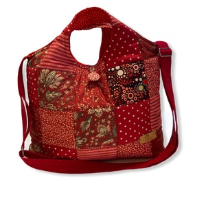 Piros/ bordó virágos patchwork válltáska / kézitáska, Táska & Tok, Kézitáska & válltáska, Vállon átvethető táska, A termék megnevezése:   Táska  Mérete: Magassága : 27 cm + a füle  Szélessége : 38 cm Alja : 11 cm  ..., Meska