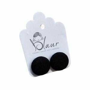 Fekete bedugós nikkelmentes gombfülbevaló, Ékszer, Fülbevaló, Pötty fülbevaló, Ékszerkészítés, A termék megnevezése: Gomb fülbevaló. \n \nSzínei: \n\nMérete: a gomb átmérője 1,6 cm\n\nNikkelmentes fülb..., Meska