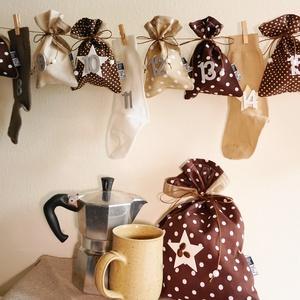 KÁVÉS adventi naptár, kalendárium, zsákokkal és zoknikkal, Karácsony & Mikulás, Adventi naptár, Varrás, Kávéimádóknak:)\nCappuccino, mokka, café latte...melyik a kedvenced? Ebben a csupa kávébarna - csoki ..., Meska