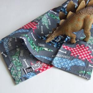 DÍnós textil zsebkendő kisfiúknak, sötétkék, Gyerek & játék, Baba-mama kellék, Játék, Plüssállat, rongyjáték, Varrás, A szett három darab puha pamut zsebkendőt tartalmaz: egy szürke dinoszaurusz mintásat - csontokkal é..., Meska