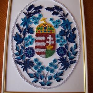Magyar címer kék kalocsai motívumokkal , Lakberendezés, Otthon & lakás, Falikép, Papírművészet, 30x40 cm-es falikép fehér-arany szegélyű műanyag keretben. A képet egy hímzés ihlette. Én nem szeret..., Meska