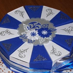Pénzajándék átadó torta - közepes, ezüstlakodalomra, Esküvő, Nászajándék, Esküvői dekoráció, Papírművészet, Ezüstlakodalomra rendelt indigókék-fehér-ezüst  színösszeállítású, 20 cm -es átmérőjű party torta, d..., Meska