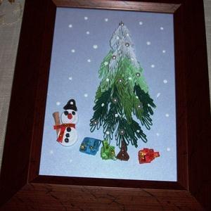 A hóember ajándékai - falikép, Kép & Falikép, Dekoráció, Otthon & Lakás, Papírművészet, 18x23 cm-es falikép quilling technikával. Romantikus ünnepi, karácsonyi dekoráció gyerekszobába, író..., Meska