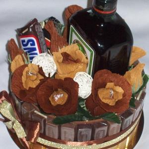 """Csokicsokor- torta, édesség, virág,  ital, Csokor & Virágdísz, Dekoráció, Otthon & Lakás, Papírművészet, Virágkötés, Ha már eleged van a férfiaknak szóló szokványos édesség, ital ajándék kombóból, így is \""""tálalhatod\""""!..., Meska"""