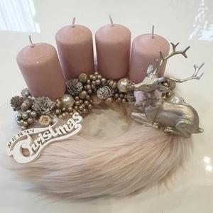Rózsaszín szőrmés adventi koszorú szarvassal, Karácsony, Karácsonyi dekoráció, Virágkötés, Világos rózsaszín szőrme alapra készült ez a különleges csillámos gyertyákkal díszített adventi kosz..., Meska