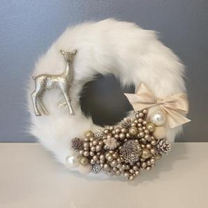 Hófehér szőrmés koszorú, Karácsony, Karácsonyi dekoráció, Virágkötés, Pihe-puha hófehér szőrme alapra készült ez az elegáns kopogtató, mely ajtóra akasztható vagy díszíth..., Meska