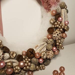 Mályva elegancia, Karácsony, Karácsonyi dekoráció, Virágkötés, Szalma koszorú alapra készült ez az elegáns karácsonyi kopogtató. Mályva színű mintás szalaggal és t..., Meska
