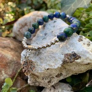 Indigókék-smaragdzöld csoda-Lápisz lazuli karkötő fém gyöngyökkel és levéldísszel., Ékszer, Karkötő, Gyöngyös karkötő, Ékszerkészítés, Gyöngyfűzés, gyöngyhímzés, Ennek a kék-zöld színekben játszó karkötőnek nem csak a látványa varázslatos, hanem erős spirituális..., Meska