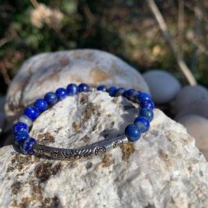 Zafírkék égbolt-Lápisz lazuli karkötő fém köztessel, Ékszer, Karkötő, Gyöngyös karkötő, Ékszerkészítés, Gyöngyfűzés, gyöngyhímzés, A lápisz lazulit színe és mintázata miatt az ősi egyiptomiak az égbolt kövének nevezték és szent kőn..., Meska