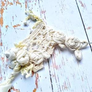 Shabby chic stílusú, ekrü színű csipke, selyem rózsás, gyöngyös nyakék (blueklarion) - Meska.hu