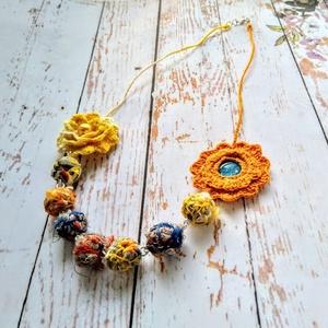 Horgolt színes virágos nyaklánc, Ékszer, Otthon & lakás, Nyaklánc, Medál, Képzőművészet, Fonal gömb gyöngyökkel, horgolt virágokkal, fém delfinkapoccsal készült, egyedi, vidám nyaklánc. Iga..., Meska