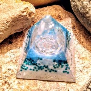 Orgonit mini piramis, méregtelenítő turmalin, apatit, hegyi kristály, aventurin ásványból és gyantából (blueklarion) - Meska.hu