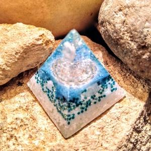 Orgonit mini piramis, méregtelenítő turmalin, apatit, hegyi kristály, aventurin ásványból és gyantából, Ékszer, Orgonit mini piramist készítettem turmalin oktaéder csúccsal, a zöld mandala alatt  sejtregeneráló, ..., Meska