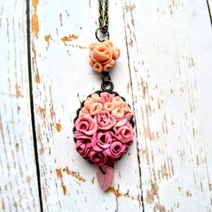 Hölgy rózsaszínben sorozat nyaklánc, Ékszer, Esküvő, Táska, Divat & Szépség, Nyaklánc, Hölgy rózsaszínben sorozatban egy 3,5 cm x 2,8 cm-es és egy 1,2 cm átmérőjű bronz medál alapra FIMO-..., Meska