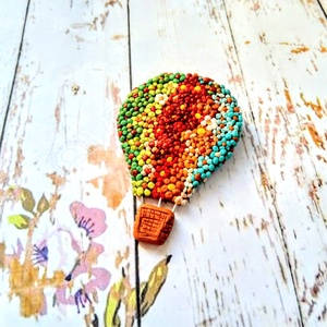 Hőlégballon kitűző, Ékszer, Medál, Táska, Divat & Szépség, Kitűző, bross, Ékszerkészítés, Gyurma, Hőlégballon kitűzőt készítettem FIMO-ból, vidám színekkel. Hordható ruhán, táskán. A mérete: 6 cm ma..., Meska