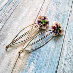 Ibolya sorozat, hajcsat pár, Ékszer, Táska, Divat & Szépség, Esküvő, Hajdísz, ruhadísz, Ibolya sorozatban FIMO ibolya virágokat helyeztem hajcsat alapokra. Sütés után akrilfestékkel fehérí..., Meska