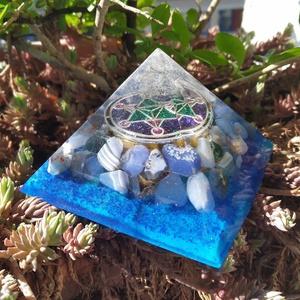 ORGONIT auravédő piramis hegyikristállyal, acháttal, amazonittal és jáspissal, Otthon & Lakás, Spiritualitás & Vallás, Mindenmás, ORGONIT auravédő piramist öntöttem hegyikristály csúccsal, csodás kék achát kövekkel, a pitamis aljá..., Meska