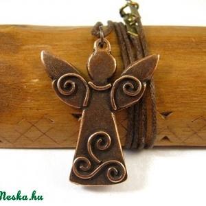 Őrzőangyal - egyedi tervezésű kézműves ékszer - kézműves medál, nyaklánc, Ékszer, Nyaklánc, Medálos nyaklánc, Fölemelt szárnyú, díszes, csigamotívumokkal ékes, ünnepi ruhájú angyal. Éber, kicsit szigorú, de min..., Meska