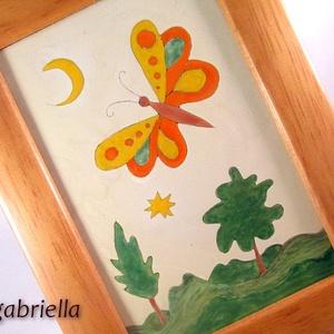 Pillangós tájkép - tűzzománc kép, falikép, Lakberendezés, Otthon & lakás, Falikép, Tűzzománc, Festészet, Vajszínű alapon pillangó, hold, csillag, fák. \nA különleges tűzzománc kép mérete 9,4 x 14,4 cm, a ke..., Meska