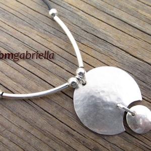 Luna - ezüstözött kézműves medál, nyaklánc, Ékszer, Nyaklánc, Medál, Ezüstözött, kétrészes, rusztikusra kalapált medál a Hold ezüst színében.  A különleges, enyhén dombo..., Meska