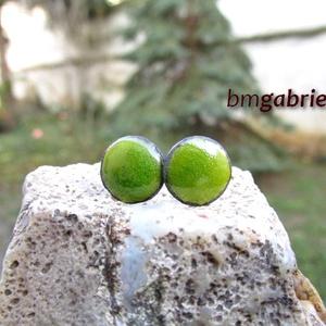 Cseppecske zöld - tűzzománc bedugós fülbevaló, pontfülbevaló, Pötty fülbevaló, Fülbevaló, Ékszer, Ékszerkészítés, Tűzzománc, Apró, élénk zöld ékszerzománccal készült pontfülbevaló. Fiatalos, egyszerű, vidám kicsi ékszer.\n\nA z..., Meska