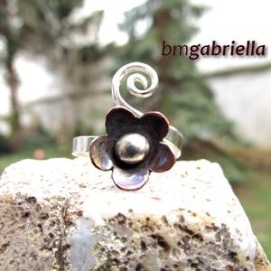 Apró alandor gyűrű - ezüst és vörösréz gyűrű - egyedi kézműves ékszer, Ékszer, Gyűrű, Ékszerkészítés, Ötvös, Ezüstből kovácsolt gyűrű, egyik ágán csigával, a másikon forrasztott apró alandorral. A vörösréz vi..., Meska