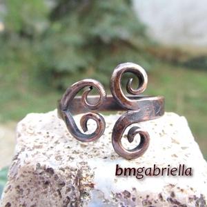 Kovácsolt vörösréz gyűrű - egyedi tervezésű kézműves ékszer, Ékszer, Gyűrű, Ékszerkészítés, Ötvös, Rusztikus, kovácsolt vörösréz gyűrű.\nEgyedi ötvösmunka. A gyűrű mérete 58-as, belső átmérője 18,5 mm..., Meska