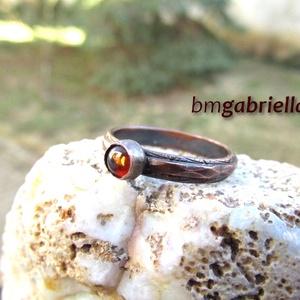 Küprisz borostyánja - vörösréz gyűrű - egyedi tervezésű kézműves gyűrű - borostyán gyűrű, Ékszer, Gyűrű, Ékszerkészítés, Ötvös, Kovácsolt, antikolt, különleges, vésett mintájú vörösréz gyűrű, forrasztott foglalattal, befoglalt b..., Meska