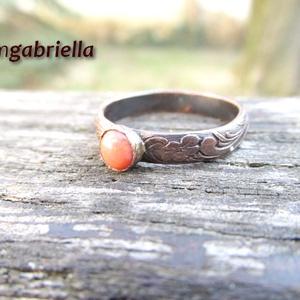 Tűzzománc és vörösréz gyűrű - egyedi tervezésű gyűrű - kézműves ékszer, Ékszer, Gyűrű, Ötvös, Tűzzománc, Kovácsolt, antikolt, különleges, vésett mintájú vörösréz gyűrű, forrasztott foglalattal, befoglalt l..., Meska