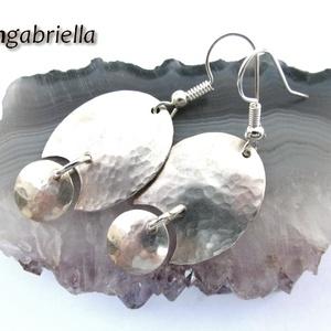 Holdezüst - ovális ezüstözött kézműves fülbevaló - egyedi tervezésű ékszer, Ékszer, Fülbevaló, Lógó fülbevaló, Ékszerkészítés, Ötvös, Ezüstözött, kétrészes, rusztikusra kalapált fülbevaló a Hold ezüst színében.\n\nA különleges, enyhén d..., Meska