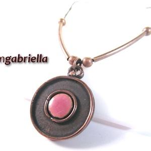 Rózsaszín avar korong - tűzzománc medál, nyaklánc                          , Ékszer, Medál, Nyaklánc, Rózsaszín zománcbetéttel díszített kora-középkori, avar stílusú korong. A saját, egyedi tervezésű me..., Meska