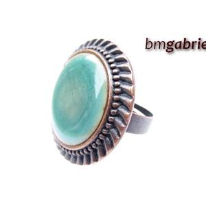 Tűzzománc gyűrű - egyedi tervezésű kézműves gyűrű - állítható, modern gyűrű, Ékszer, Gyűrű, Ékszerkészítés, Tűzzománc, Vízkék enyhén domborított tűzzománc korong különleges foglalatban. A korong 20 mm, a réz gyöngyökkel..., Meska