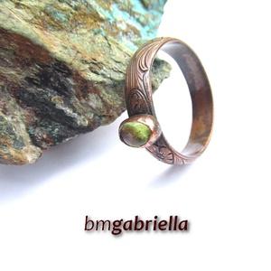 Mrs Green - vörösréz és peridot gyűrű - egyedi tervezésű kézműves gyűrű, Ékszer, Gyűrű, Ékszerkészítés, Ötvös, Virágmintás romantikus/szecessziós gyűrűsín, befoglalt ovális peridottal. A gyűrű teljes egészében v..., Meska
