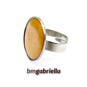 Tűzzománc gyűrű - egyedi tervezésű nemesacél kézműves gyűrű - állítható, modern gyűrű - orvosi fém, Ékszer, Gyűrű, Ékszerkészítés, Tűzzománc, Okkersárga, enyhén domborított kör alakú tűzzománc nemesacél foglalatban.\nA tűzzománc korong 20 mm. ..., Meska