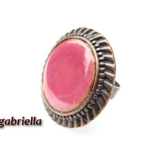 Tűzzománc gyűrű - egyedi tervezésű kézműves gyűrű - állítható, modern gyűrű, Ékszer, Gyűrű, Ékszerkészítés, Tűzzománc, Rózsaszín enyhén domborított tűzzománc korong különleges foglalatban. A korong 20 mm, a réz gyöngyök..., Meska