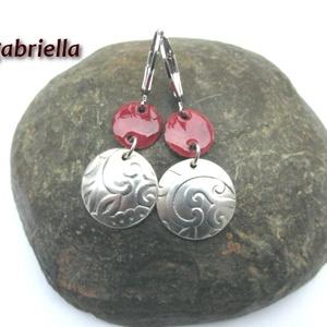 Pandora függője - ezüstözött és tűzzománc fülbevaló - kézműves ékszer  - kicsi, Lógós fülbevaló, Fülbevaló, Ékszer, Tűzzománc, Ötvös, Kétrészes domborított, klasszikus virágmintás ezüstözött és bordó ékszerzománccal borított vörösréz ..., Meska
