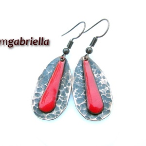 Cseppben a csepp - piros tűzzománc és vörösréz fülbevaló - egyedi tervezésű kézműves ékszer, Ékszer, Lógós fülbevaló, Fülbevaló, Rusztikusra kalapált antikolt vörösréz csepp formájú fülbevaló, benne piros tűzzománc csepp. A csepp..., Meska