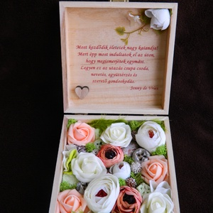 Pénzátadó doboz, Esküvő, Nászajándék, Meghívó, ültetőkártya, köszönőajándék, A képen látható pénzátadó doboz, 15x15 cm méretű fa doboz, egyéni felirattal, belül selyemvirágokkal..., Meska