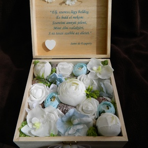 Emlékdoboz esküvőre , Esküvő, Nászajándék, 13x13 cm-es fa dobozba prémium minőségű selyemvirágok kerülnek, a kiválasztott színben, a doboz küls..., Meska