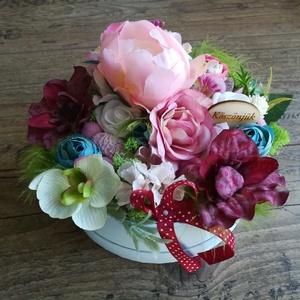 Bohém virágbox, Otthon & Lakás, Csokor & Virágdísz, Dekoráció, 16 cm átmérőjű papír dobozba készülő virágbox, különböző alkalmakra, prémium minőségű selyemvirágok ..., Meska