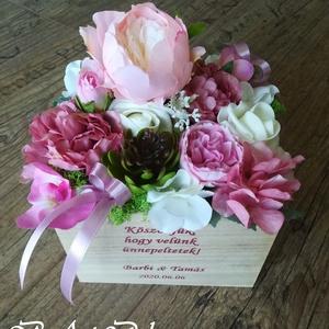 Virágdoboz felirattal, Esküvő, Otthon & lakás, Dekoráció, Dísz, 16x16 cm-es dekor faládában selyemvirágok, habrózsa és száraz termések csücsülnek. A doboz igény sze..., Meska